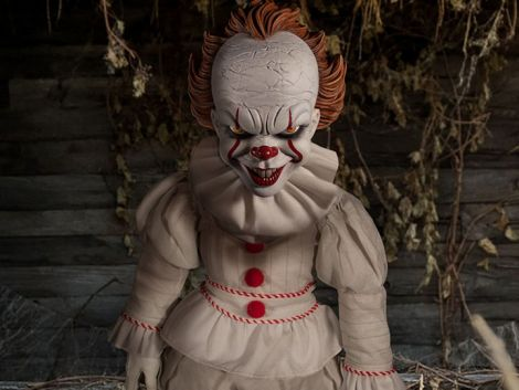 (RELEASED) IT (2017) MEZCO DESIGNER SERIES PENNYWISE ROTO PLUSH DOLL